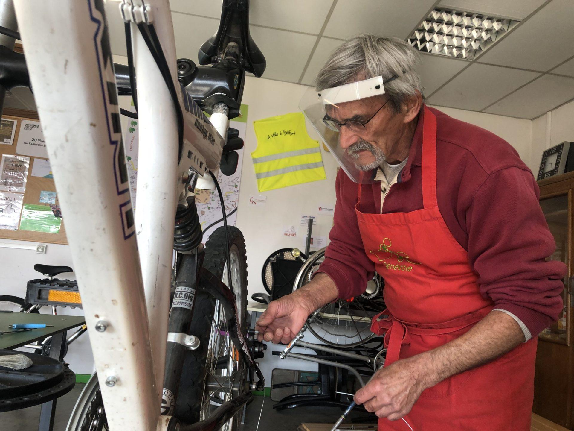 Patrick, bénévole au Maillon Solidaire, applique les mesures barrière mises en place à l'atelier.