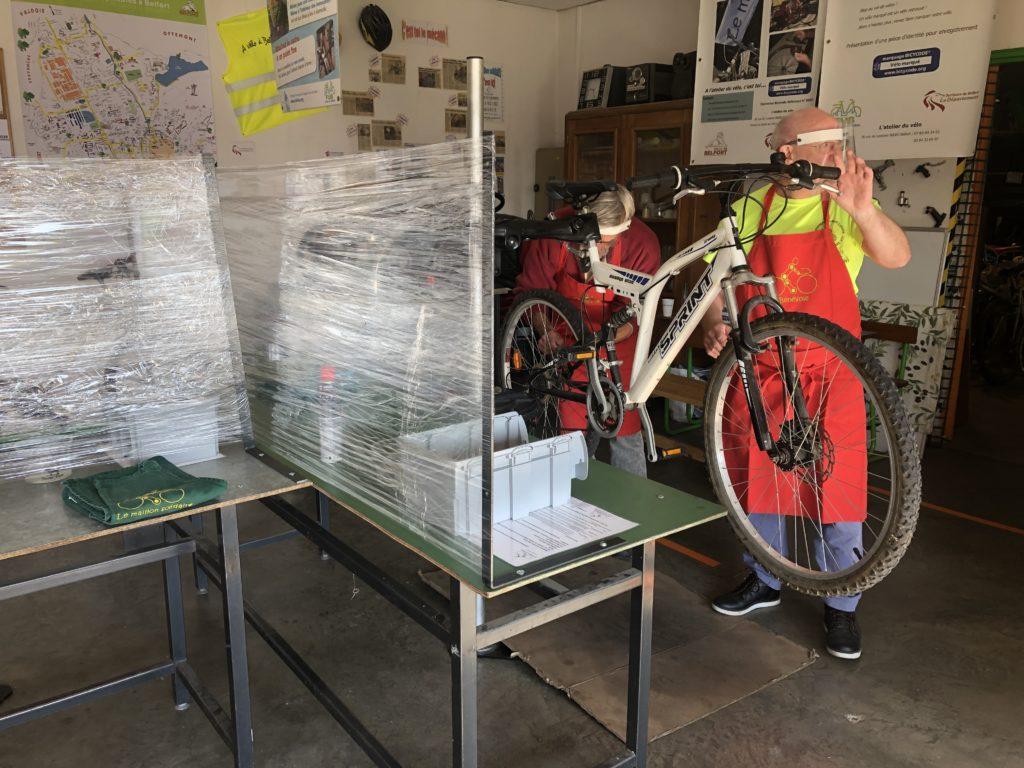Des mesures barrière ont été mises en place dans l'atelier de réparation de vélo du Maillon Solidaire